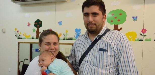 Isadora e Rodrigo levam o filho Mauro para acompanhamento na AACD do Recife