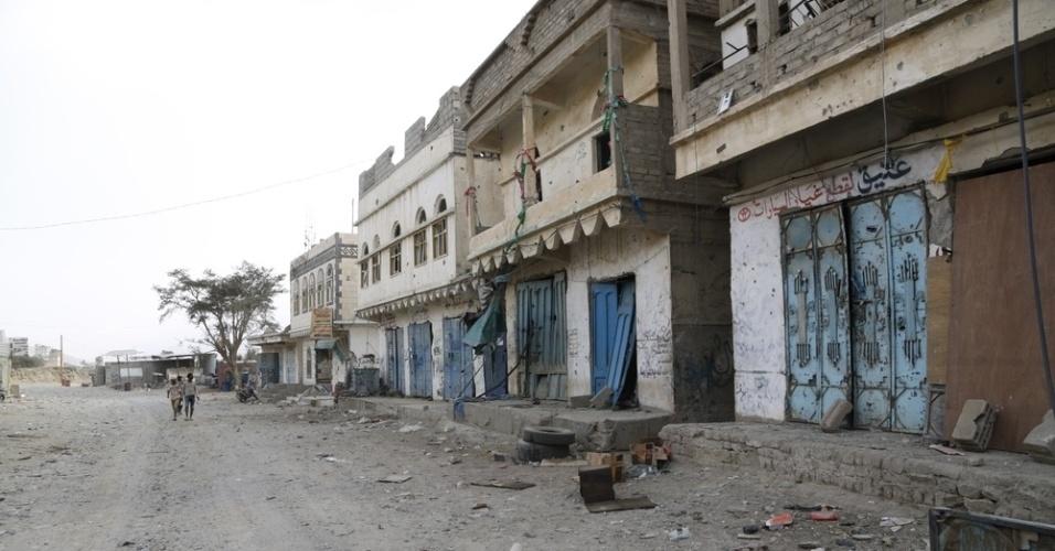 26.mar.2016 - Lojas abandonadas e ruas ficaram desertas em Haydan, no norte do Iêmen, depois de bombardeios atingirem hospital de MSF (Médicos Sem Fronteiras). A imagem foi feita pela fotógrafa Rawan Shaif durante viagem por cidades das áreas controladas pelos houthis no norte do Iêmen, entre outubro de 2015 e fevereiro deste ano, para documentar os efeitos da guerra na população. Há exatamente um ano, tiveram início os bombardeios da coalizão árabe contra os houthis. Segundo os rebeldes, os ataques já mataram quase 9.000 pessoas no país