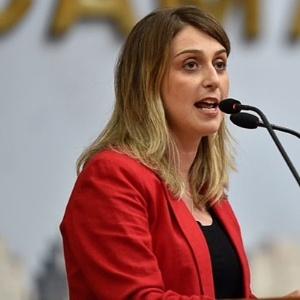 A suplente de vereadora Ariane Leão discursa na Câmara de Porto Alegre