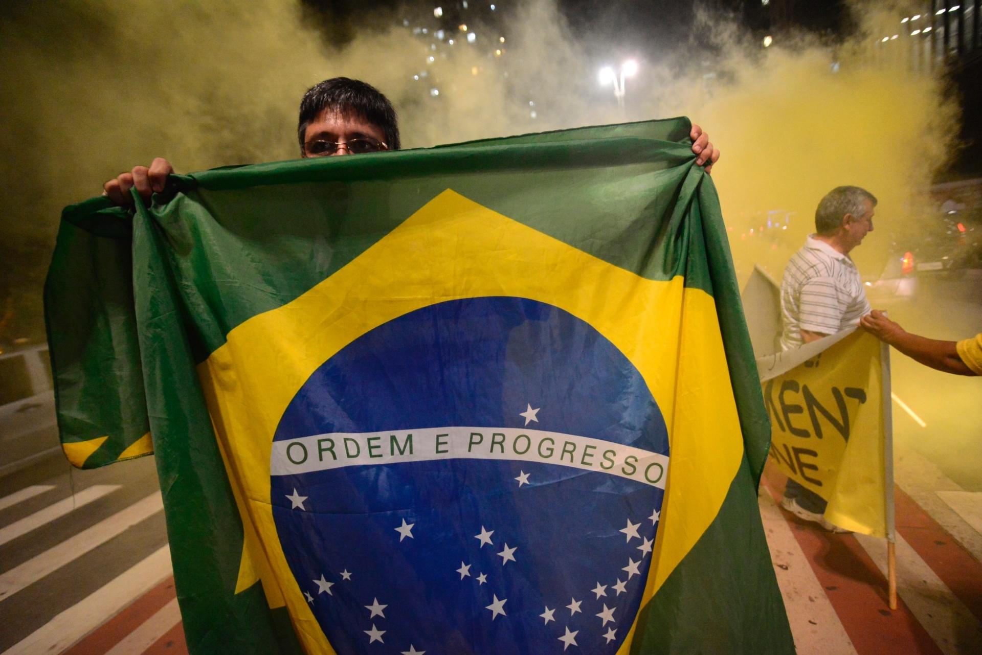 11.abr.2016 - Manifestantes protestam a favor do impeachment da presidente Dilma Rousseff na avenida Paulista, em São Paulo. Antes do protesto, foi divulgado que a maioria dos deputados membros da comissão especial do impeachment na Câmara votou a favor do parecer do relator Jovair Arantes (PTB-GO), que defende a abertura do processo de afastamento da presidente