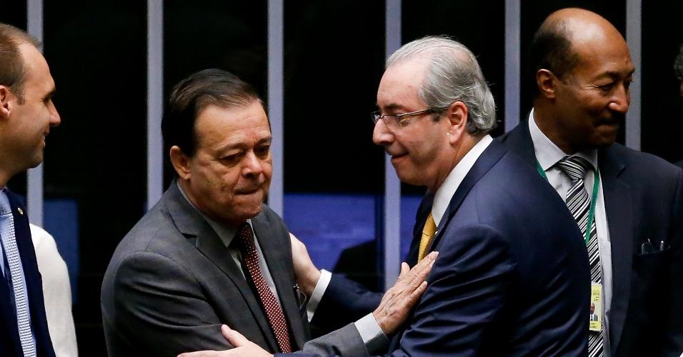 Jovair Arantes (PTB-GO) cumprimenta Eduardo Cunha (PMDB-RJ), presidente da Câmara