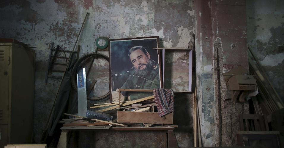 19.abr.2016 -  A imagem de Fidel Castro, ex-presidente de Cuba, decora a parede de uma carpintaria estatal em Havana. O líder da Revolução Cubana participou do encerramento do 7º Congresso do Partido Comunista do país