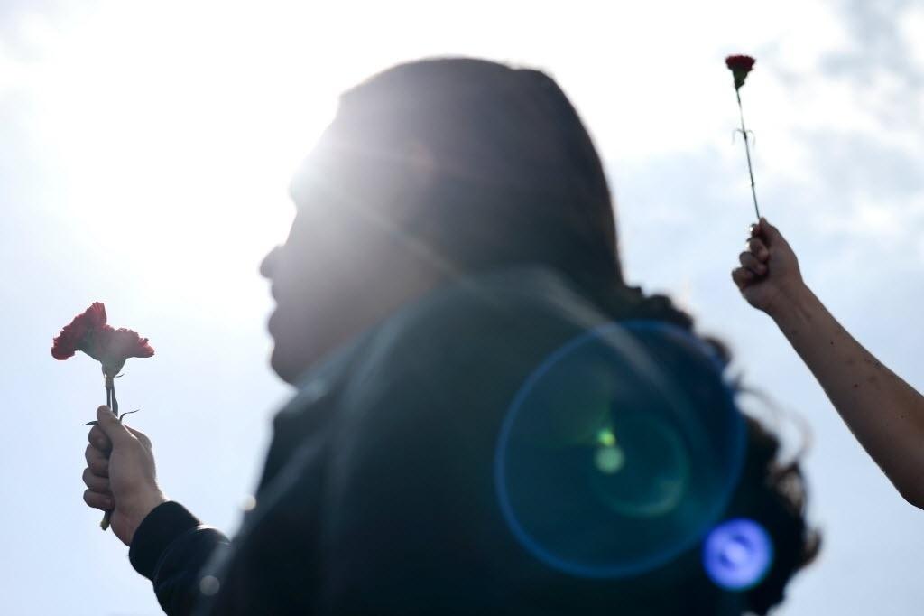 25.abr.2016 - Portugueses seguram cravos, um símbolo da revolução de abril de 1974, no centro de Lisboa, em Portugal, durante um comício para celebrar o 42º aniversário do movimento social. A revolução foi responsável por depor o regime ditatorial do Estado Novo e desencadear um processo que terminaria com a implementação de um regime democrático