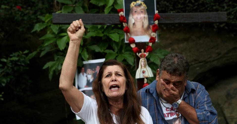 18.jun.2016 - Tania Amieiro e Antônio Celso Franco, pais da jovem Patrícia Amieiro, engenheira de 24 anos que desapareceu em 2008 e teve morte presumida três anos depois, inauguram praça batizada com o nome da jovem, no Rio de Janeiro. Os policiais militares denunciados à Justiça por envolvimento com o sumiço da vítima ainda não foram a julgamento. O corpo dela nunca foi encontrado