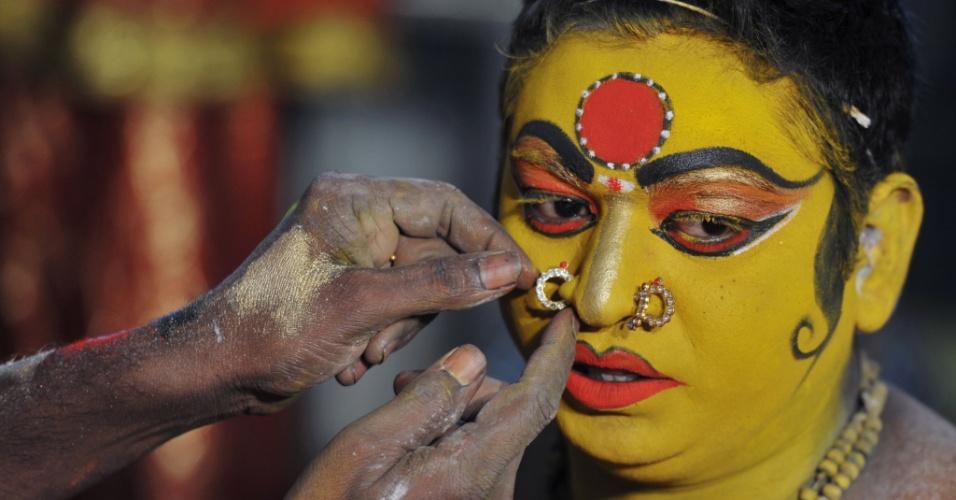 1º.ago.2016 - Indiana se pinta como a deusa hindu Maha Kali para procissão final do festival Bonalu, em um tempo em Hyderabad, na Índia. A festa dura 11 dias e conta com rituais, danças e entrega de alimentos para as divindades hindus