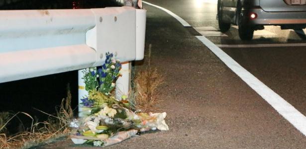 Flores são colocadas no local onde ocorreu o atropelamento, em Tokushima, Japão