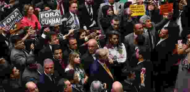 Cunha acompanha painel de votação durante sessão que cassou seu mandato - Pedro Ladeira/Folhapress