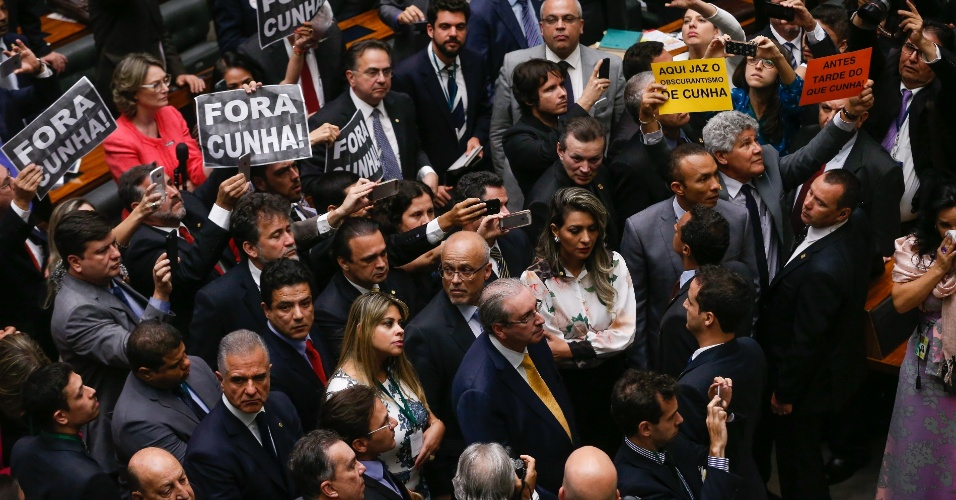 12.set.2016 - O deputado afastado Eduardo Cunha (PMDB-RJ) acompanha painel de votação na sessão que decide sobre a cassação do seu mandato no plenário da Câmara dos Deputados, em Brasília