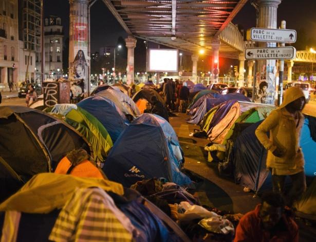 Refugiados se abrigam em barracas nas ruas de Paris (França)