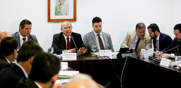 Marcelo Calero (segundo à direita) conversa com Geddel Vieira Lima durante encontro de ministros em julho