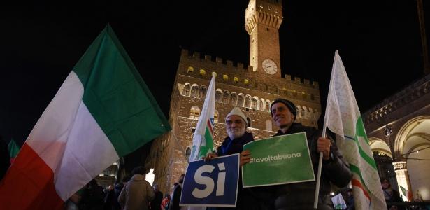 Apoiadores do premiê italiano Matteo Renzi fazem campanha em Florença
