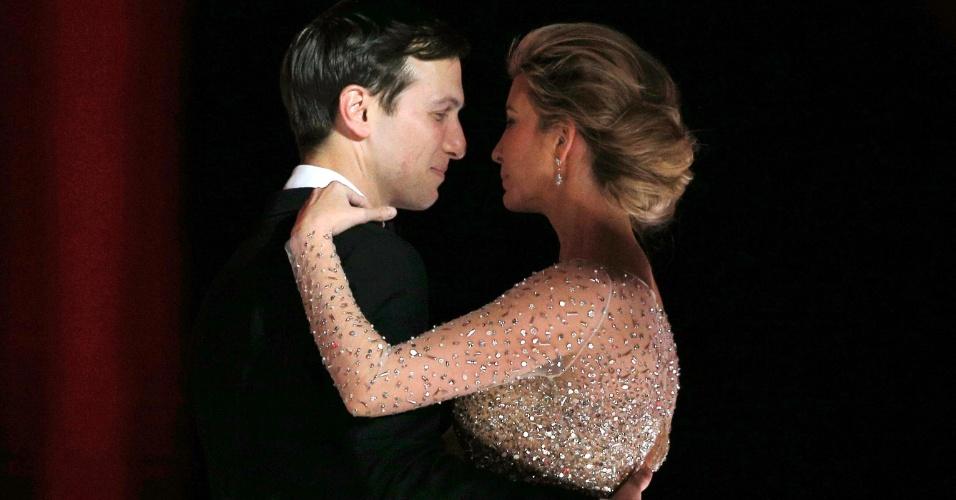 20.jan.2017 - Ivanka Trump, filha do presidente Donald Trump, dança com o marido, Jared Kushner, no primeiro baile de posse
