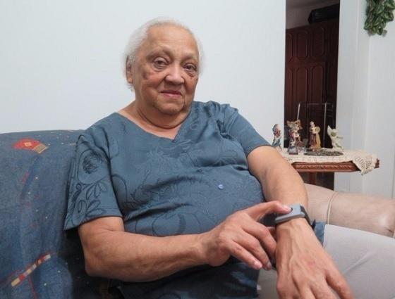 Idoso mostra pulseira de monitoramento que a franquia 24/7 Care usa para monitorar idosos a distância