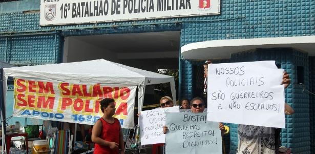 Parentes de policiais militares permanecem acampados em frente 16º Batalhão de Olaria, no Rio de Janeiro. O manifestantes pedem melhorias da corporação