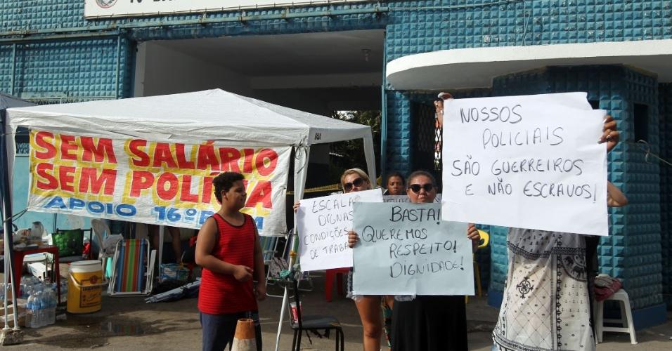 10.fez.2017 - Parentes de policiais militares permanecem acampados em frente 16º Batalhão de Olaria, no Rio de Janeiro. O manifestantes pedem melhorias da corporação