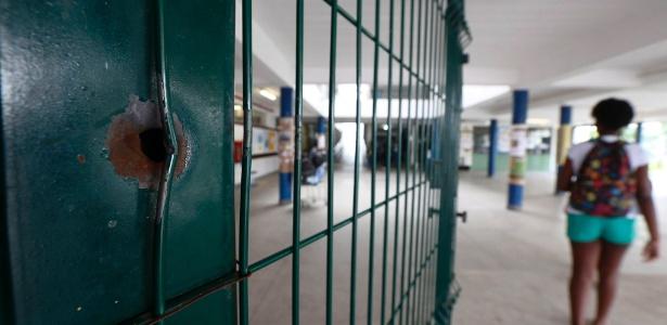 Marca de tiro dentro da escola em que Maria Eduarda morreu baleada em 30 de março