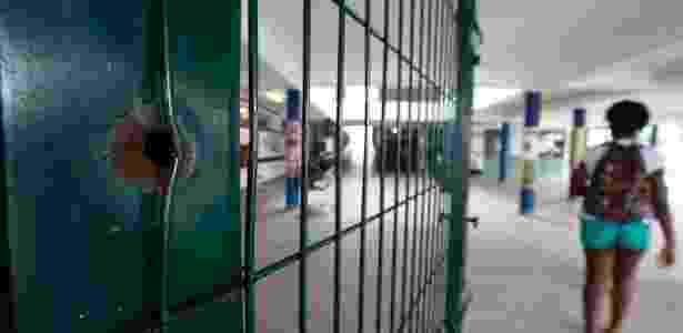 Marca de tiro dentro da escola onde a estudante Maria Eduarda foi baleada, no Rio  - Pablo Jacob / Agência O Globo