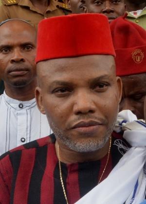 25.abr.2017 - Nnamdi Kanu,líder do Povo Indígena de Biafra (Ipob), deixa corte após receber fiança, em Abuja (Nigéria)