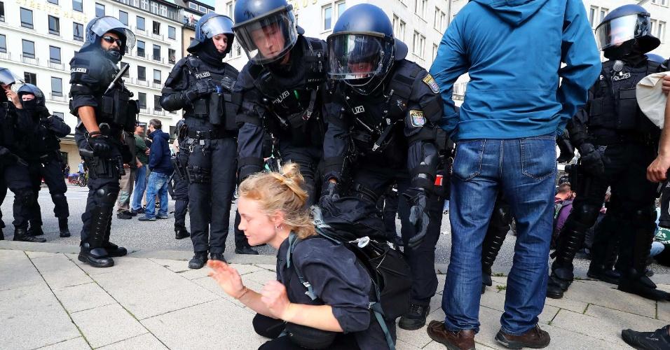 7.jul.2017 - Manifestante é detida pela polícia nas proximidades de onde é realizada a reunião dos líderes do G20