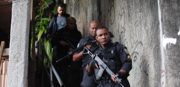 Policiais civis e militares realizam operação na comunidade Cerro-Corá, na zona sul carioca