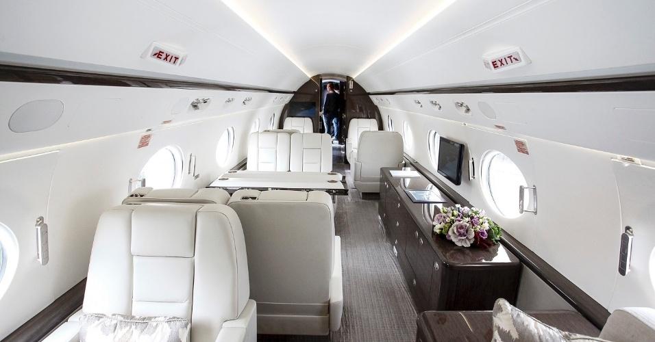 O G550 tem janelas ovais, o que aumenta a área de visão dos passageiros. O jatinho é todo decorado em couro branco e madeira em tom escuro. Além dos 19 passageiros, há espaço para móveis e mesas de refeição e reunião