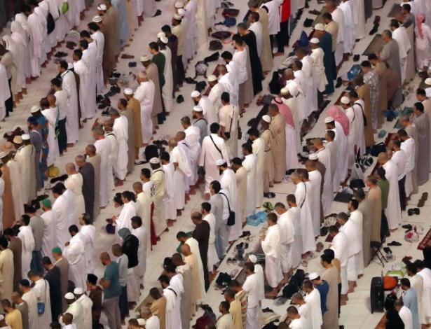 Muçulmanos oram na Grande Mesquita, em Meca, na véspera do início da peregrinação
