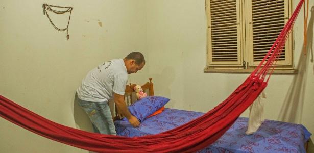 Marcos Luciano Gomes, de 30 anos, conselheiro tutelar no município de Alto Longa (PI) em quarto de sua casa que vai receber menino achado em cela e seus irmãos
