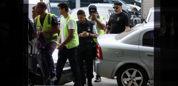 Com uniformes do aeroporto, funcionários detidos durante a operação são levados à sede da PF, no Rio - José Lucena/Futura Press/Estadão Conteúdo