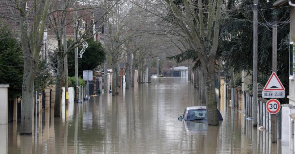 24.jan.2018 - Carro submerso na Avenida Villeneuve-Saint-Georges, em Paris, na França