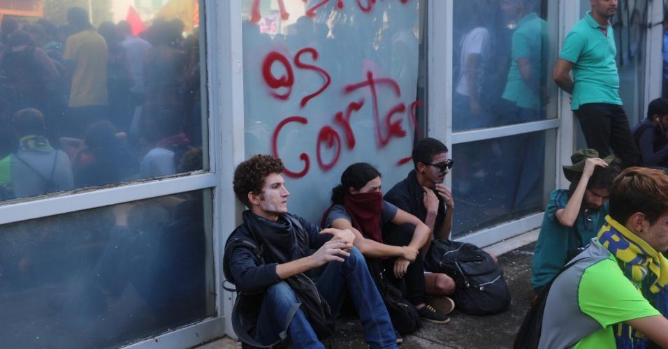 10.abr.2018 - Alunos da UnB protestam em frente ao MEC contra corte em orçamento e picham o prédio do ministério
