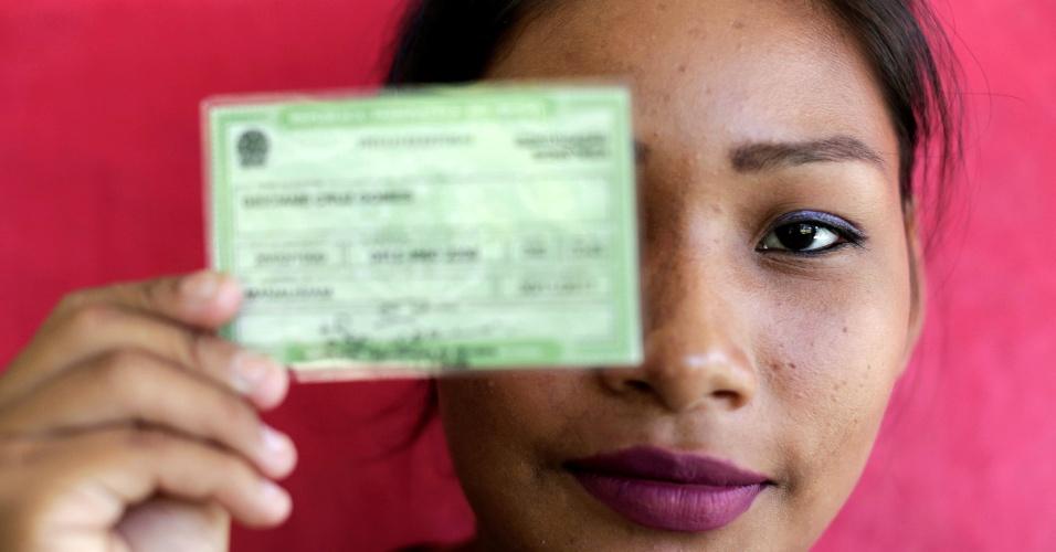 Mulher mostra título de eleitor para votar em São Sebastião do Cuieiras (AM)
