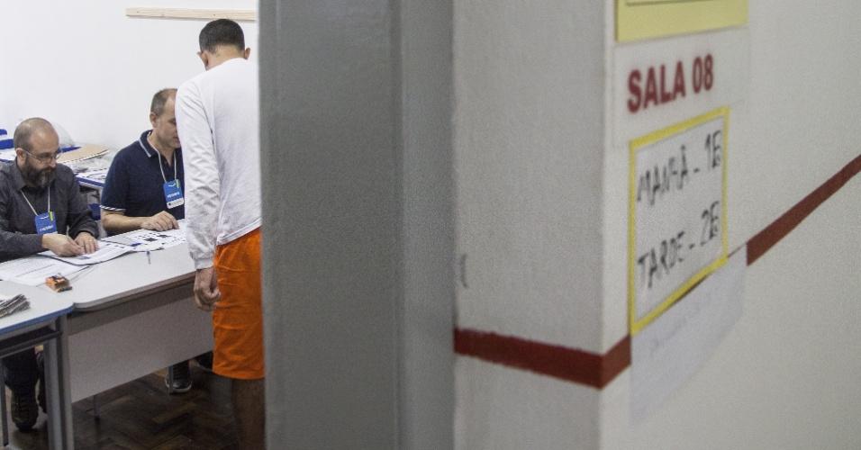 28.out.2018 - Cadeia Pública de Porto Alegre (ex-Presídio Central), uma das maiores do país, organiza votação para mais de 600 presos