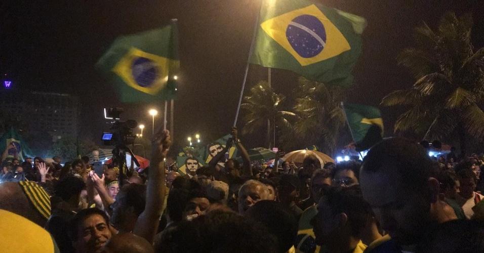 28.out.2018 Eleitores de Bolsonaro comemoram resultado das urnas em frente ao condomínio onde ele mora, na Barra da Tijuca, zona oeste do Rio de Janeiro