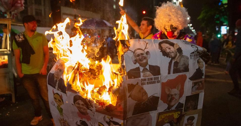 Apoiadores do presidente eleito Jair Bolsonaro (PSL) comemoram a vitória e ateiam fogo em desenhos de opositores