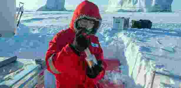 2.abr.2018 - Pesquisador do Instituto Alfred Wegener coleta dados de radiação na Estação Nord, um posto militar e científico dinamarquês na Groenlândia. - Esther Hornath/NYT