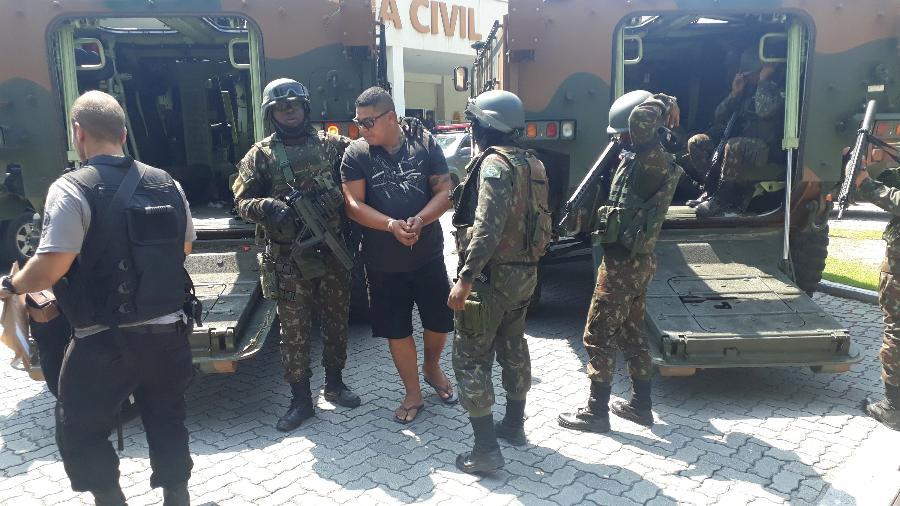 Preso é levado à Cidade da Polícia, no Rio de Janeiro (RJ), durante a Operação Heracles - JOSE LUCENA/FUTURA PRESS/FUTURA PRESS/ESTADÃO CONTEÚDO