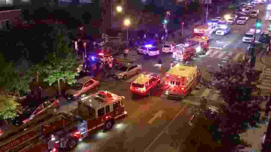 Equipes de resgates prestam socorro a vítimas de tiroteio em Washington, nos EUA - Chris G. Collison/via Reuters