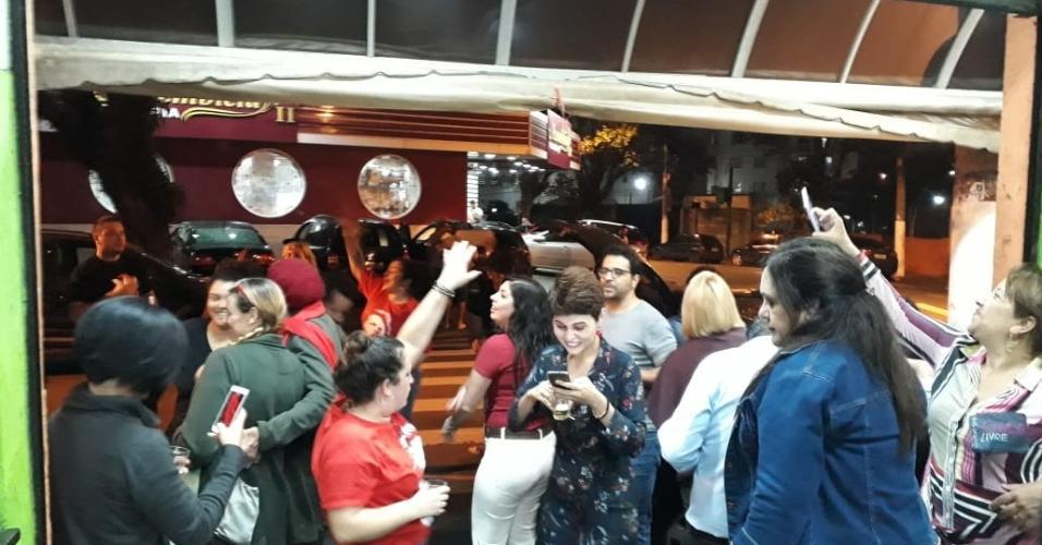 Apoiadores do ex-presidente Lula dançam ao som de
