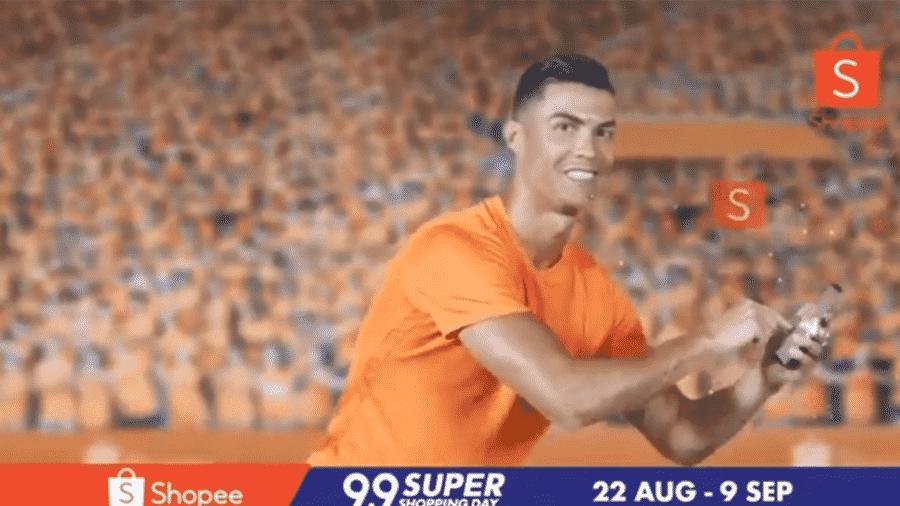 O jogador Cristiano Ronaldo em propaganda de aplicativo de compras de Singapura - Reprodução