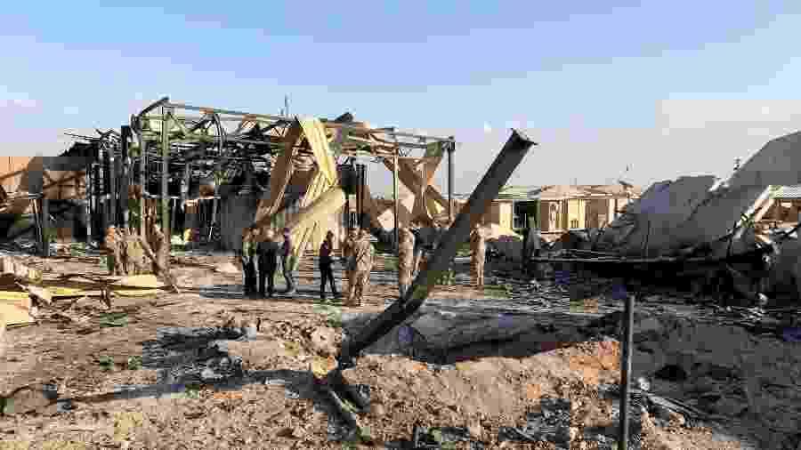 Soldados dos EUA inspecionam local atingido por míssil do Irã em base iraquiana de Ain al-Asad - John Davison