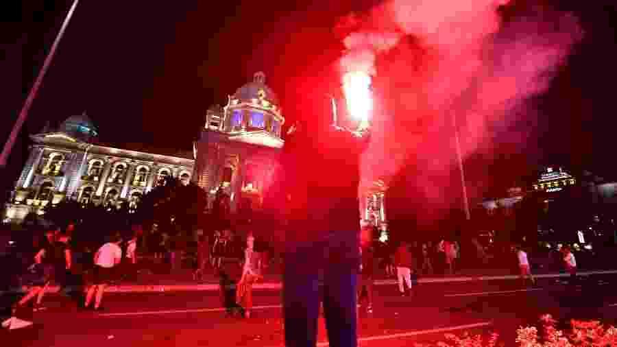 Irritados com novo confinamento, manifestantes tinham como alvo o presidente Aleksandar Vucic - ANDREJ ISAKOVIC / AFP