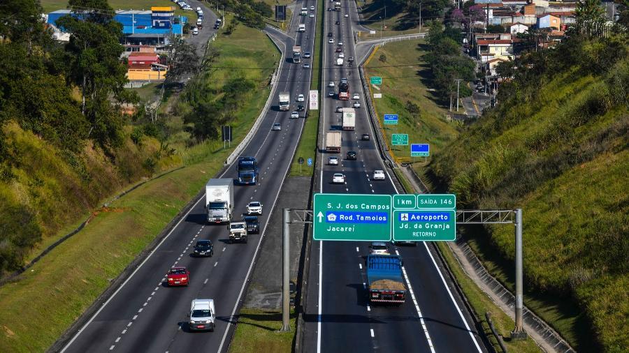 Movimento de veículos na altura do km 148 da Rodovia Presidente Dutra (BR-116), em São José dos Campos (SP) - Lucas Lacaz Ruiz/Estadão Conteúdo