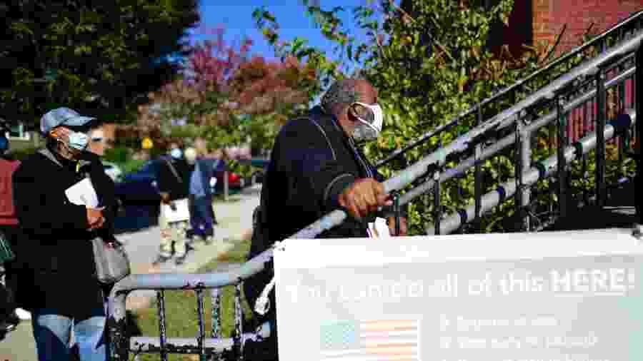 Eleitores esperam para votar em longas filas registradas em todo os EUA, como esta hoje (17) na Filadelfia; 25 milhões de americanos já votaram antecipadamente - Mark Makela/AFP