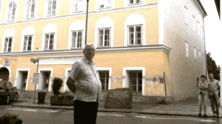 Professor e escritor de artigos, José Altair Reinehr é apontado como difusor de ideias nazistas. Na foto, ele visita a casa onde Hitler nasceu. UOL entrou em contato, mas não obteve resposta - Reprodução
