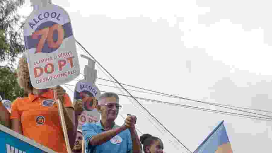 """Capitão Nelson, prefeito eleito de São Gonçalo, com placa que defende """"eliminar o PT"""" - Reprodução/ Facebook"""