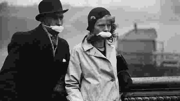 Alguns médicos sugeriram que uma gaze pulverizada com desinfetante poderia prevenir contra a mortal gripe espanhola - Getty Images - Getty Images