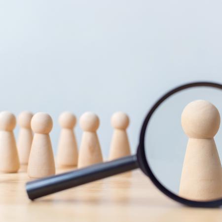 Com processos seletivos baseados em IA virando tendência, um leque cada vez mais vasto de trabalhadores corre o risco de ser invisibilizado.  - Freepik