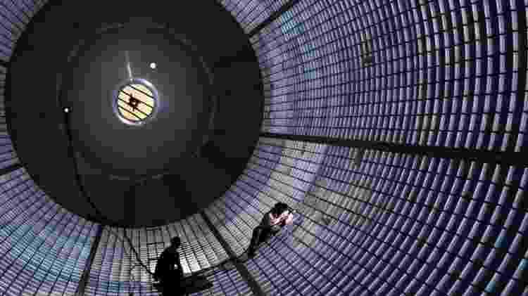 Trabalhadores dentro do tanque de hidrogênio dos SLS fazem manutenção nas paredes - NASA / MICHOUD / STEVE SEIPEL - NASA / MICHOUD / STEVE SEIPEL