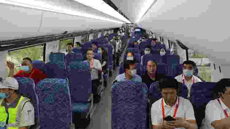 Visitantes andam no trem-bala chinês que chega a 600 km/h em Qingdao, Shandong - Zhang Jingang/VCG/Getty Images/Reuters - Zhang Jingang/VCG/Getty Images/Reuters