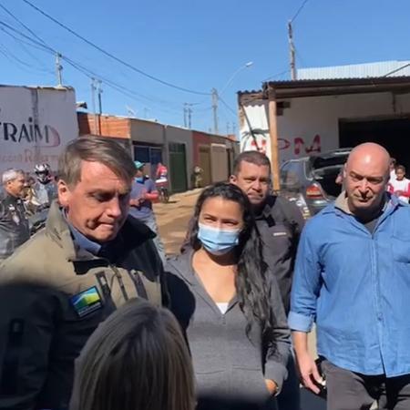 O presidente Jair Bolsonaro conversa com apoiadores no DF - Reprodução/Instagram/maxguilherme01